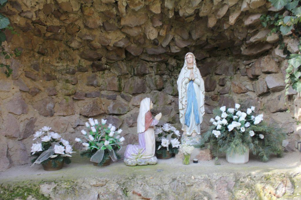 Lourdes-i barlang a templomkertben